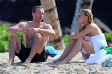The couple were photographed engaged in a post unconscious coupling chat