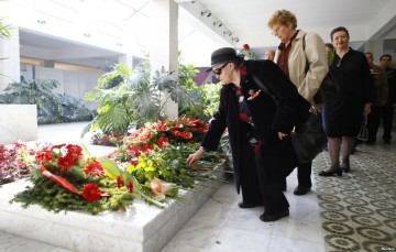 Putin death: Shocked Russians leave flowers at the Kremlin