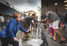 Chancellor Merkel Migrants Washing Berlin Train Station