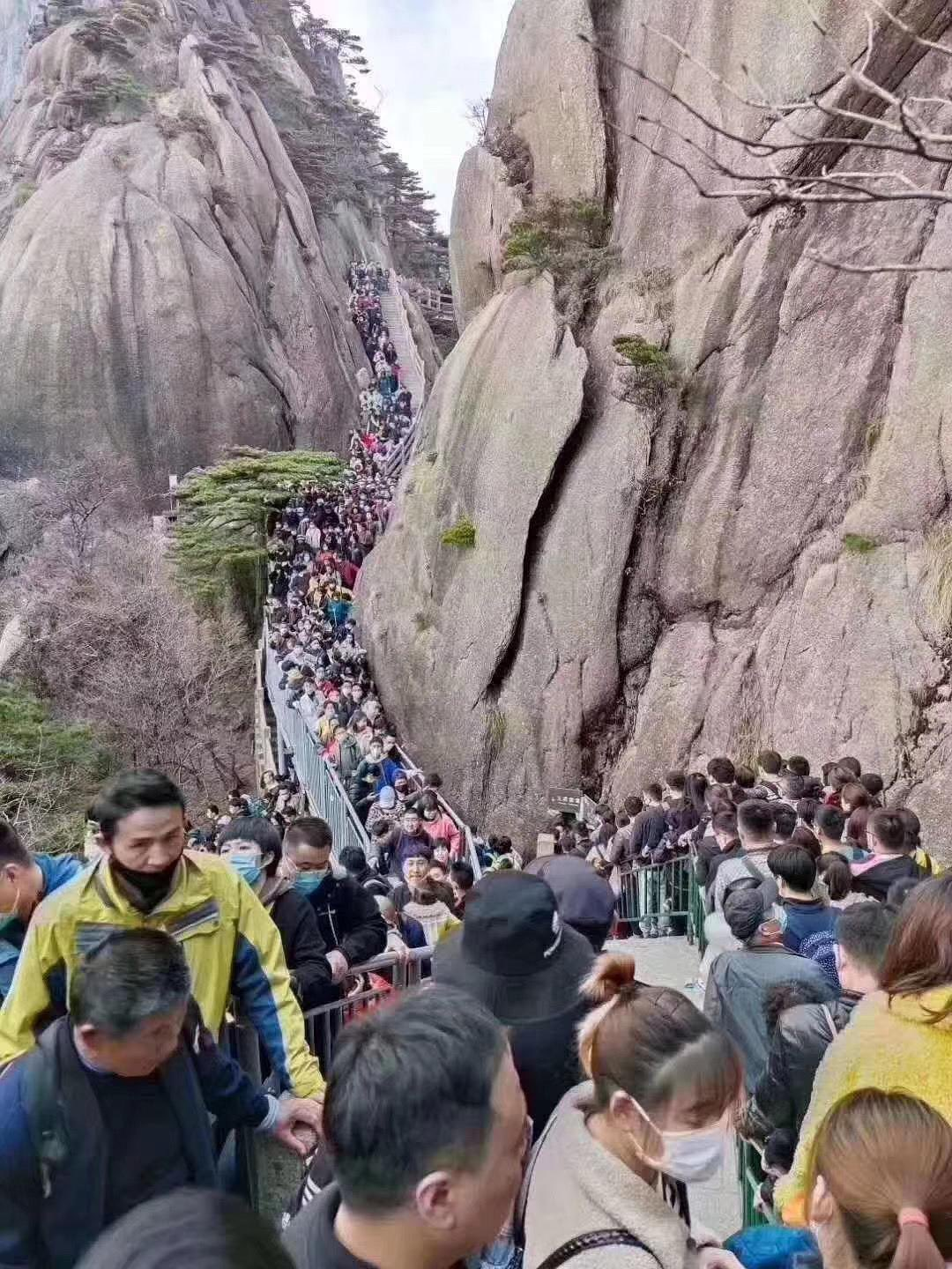 Huanshan covidiot Chinese tourists after lockdown