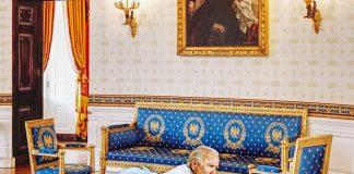 biden talking to white house furniture