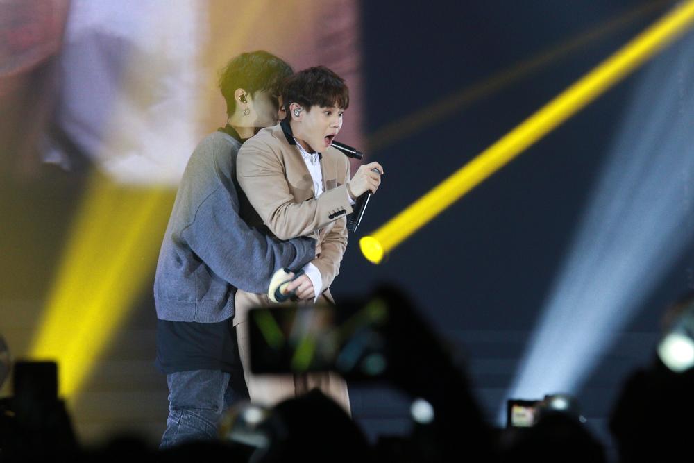 """K-pop """"sissy men"""" on stage China"""
